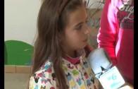 Los escolares mondan azafrán en el jardín botánico