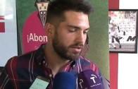 Los jugadores del Alba firman autógrafos en el stand del club en La Feria