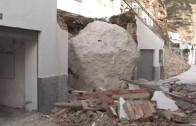 Una enorme roca arrasa 10 viviendas en Alcalá del Júcar