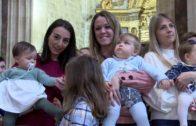 Los niños se presentan ante la Virgen de los Llanos