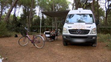 Increíble transformación de una ambulancia convertida en una 'camper' con mucho estilo
